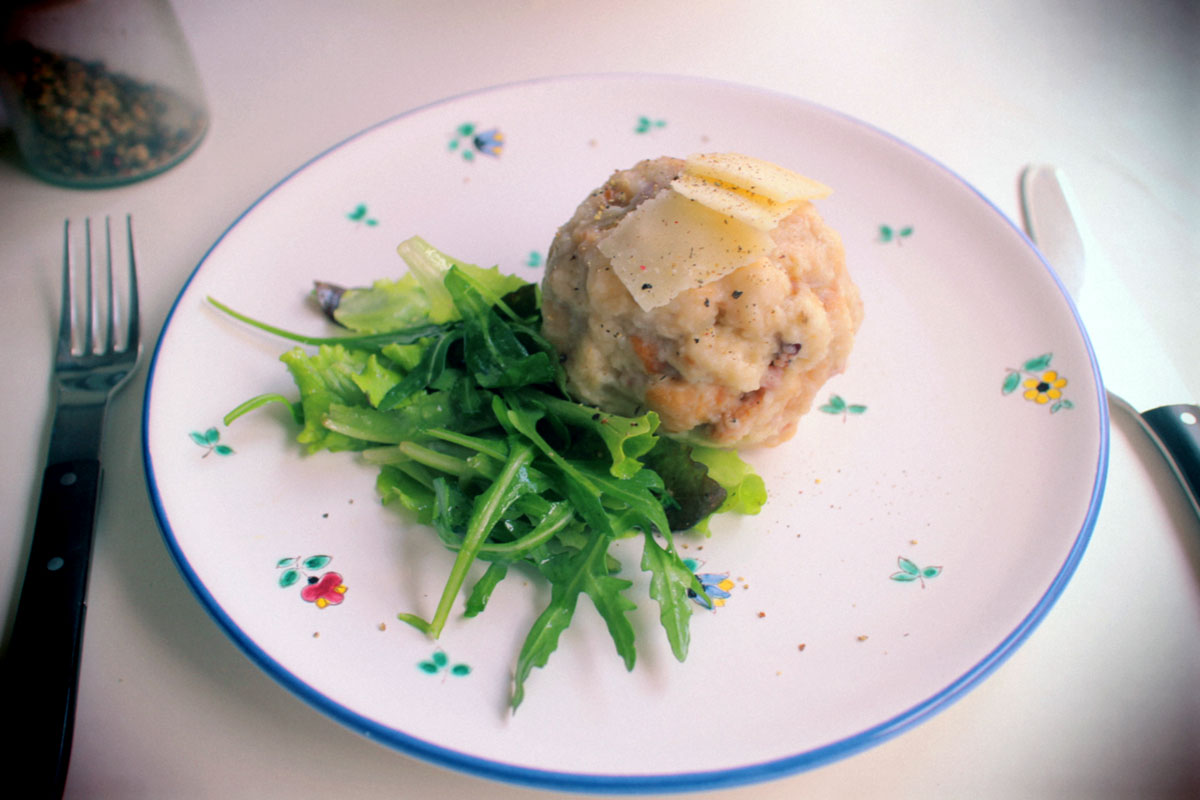 Semmelknöedel mit Salat und Parmesan